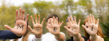 Mains tendu portant le mot merci