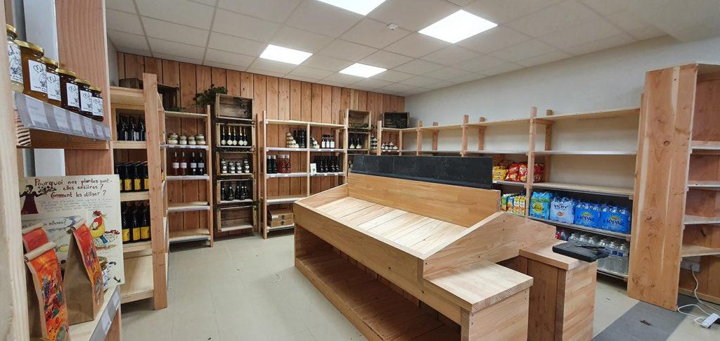Le côté fruits et légumes, boissons et produits locaux de l'épicerie des Halles de Châtelais