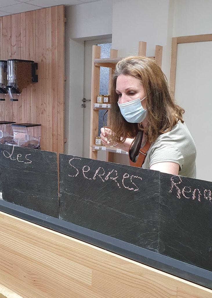 Isabelle Mahé prépare les pancartes d'ardoise avec l'origine des produits et les prix au kilo